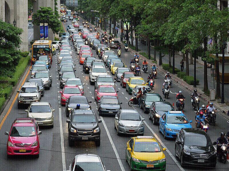 มารยาทในการขับรถที่ดี ป้องกันอุบัติเหตุบนท้องถนน